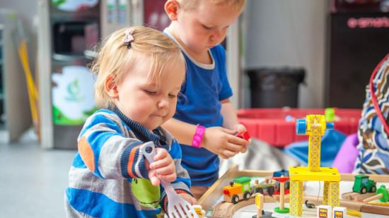 Bild zeigt zwei spielende Kinder